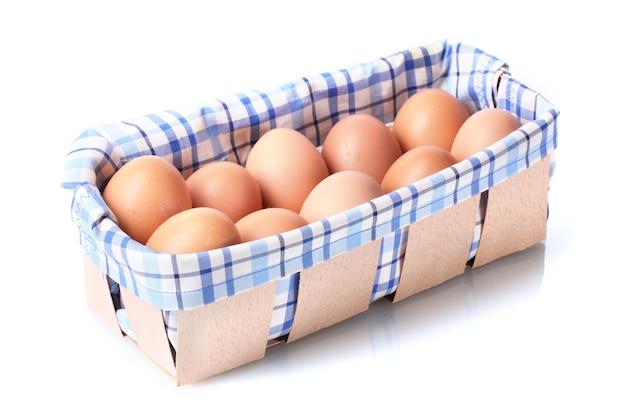 Ovos marrons em caixa em branco