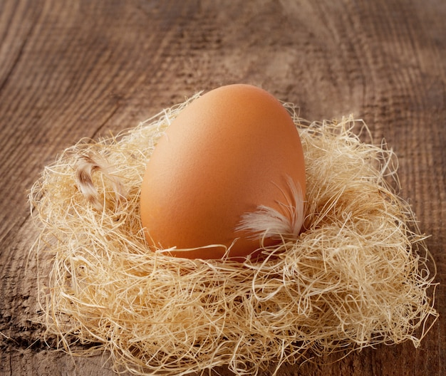 Ovos marrons em um ninho de palha