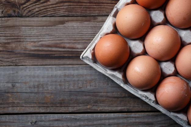 Ovos marrons em uma mesa de madeira rústica