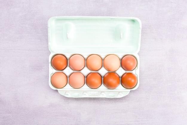 Ovos marrons em uma vista superior do recipiente