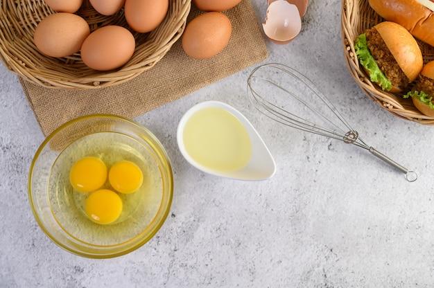 Ovos marrons frescos e produtos de panificação