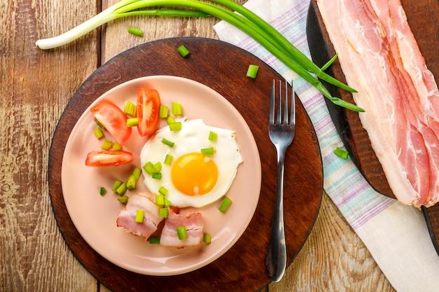 Ovos mexidos com bacon com tomate e cebola