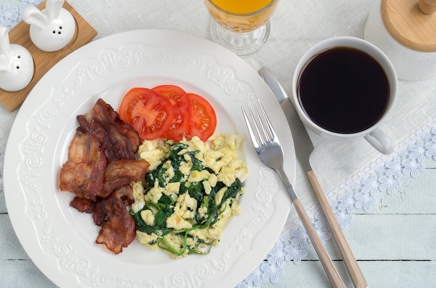 Ovos mexidos com bacon e espinafre