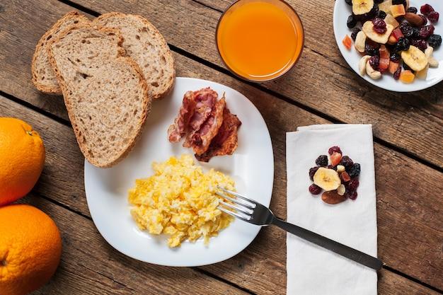 Ovos mexidos com bacon e suco de laranja