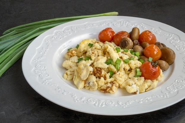 Ovos mexidos com cogumelos e cereja