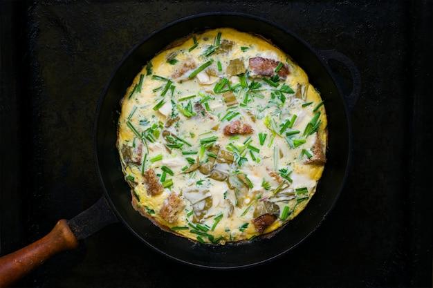 Ovos mexidos com ervas, pão, carne, cebola