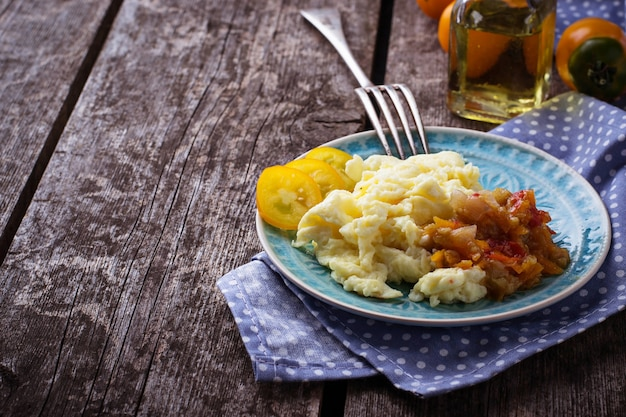 Ovos mexidos com legumes. foco seletivo