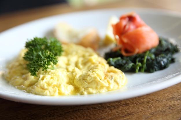 Ovos mexidos com salmão defumado