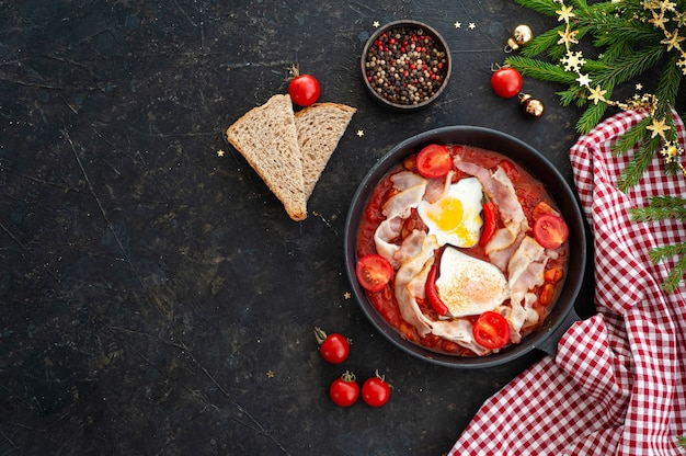 Ovos mexidos com tomate, bacon e feijão