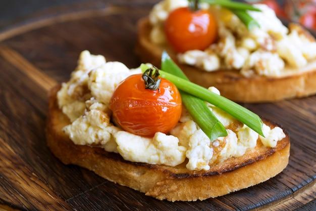 Ovos mexidos com tomate na torrada