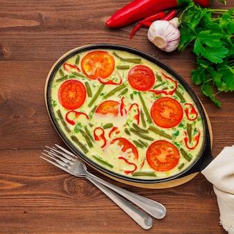 Ovos mexidos com uma mistura de vegetais coloridos