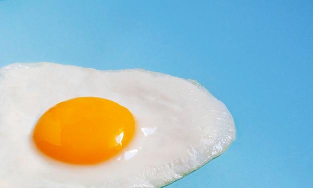 Ovos mexidos de um close-up de ovo em um azul.