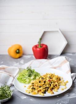 Ovos mexidos e legumes salada alta vista