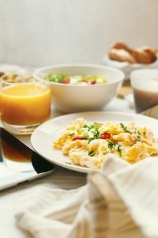 Ovos mexidos em close-up tabela de café da manhã