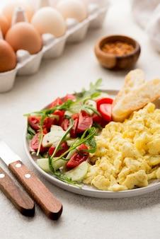 Ovos mexidos em um prato