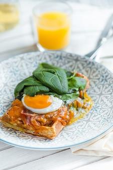 Ovos mexidos na carne com batatas fritas e torradas