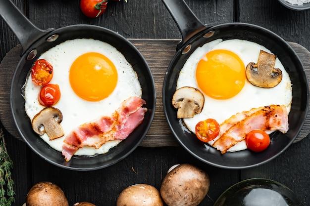 Ovos mexidos na frigideira com banha de porco, pão e penas verdes