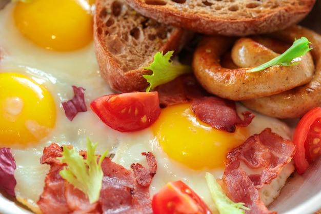 Ovos mexidos na mesa de madeira