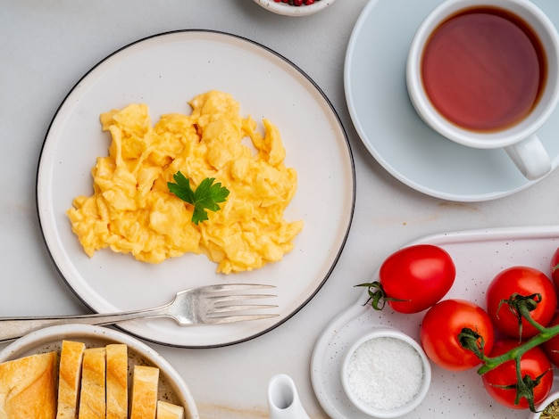 Ovos mexidos, omelete. café da manhã com ovos fritos