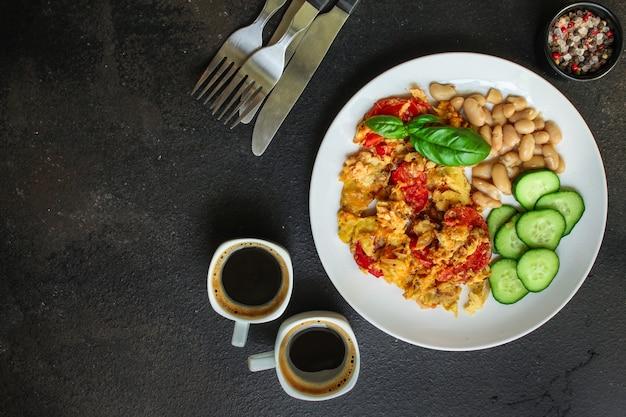 Ovos mexidos tomate, café da manhã delicioso e saudável, menu. comida. copyspace