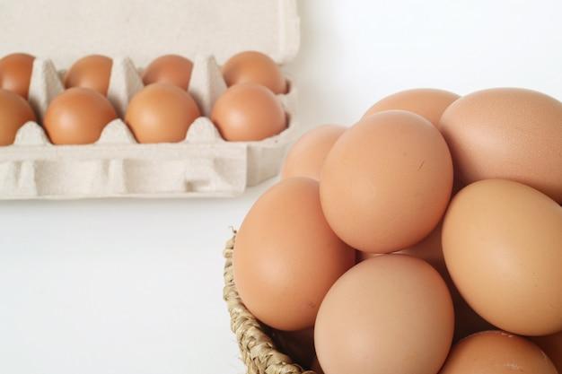 Ovos na bandeja no fundo branco.