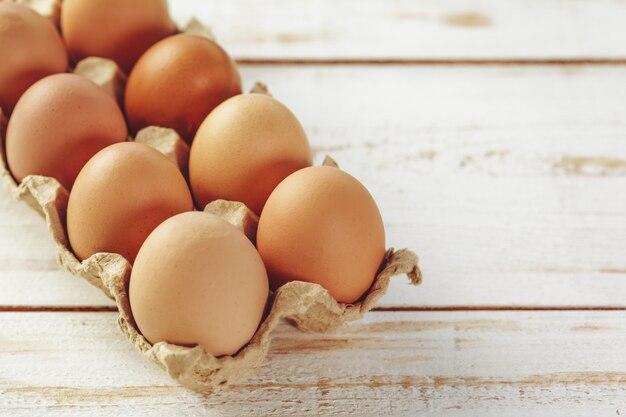 Ovos na mesa de madeira