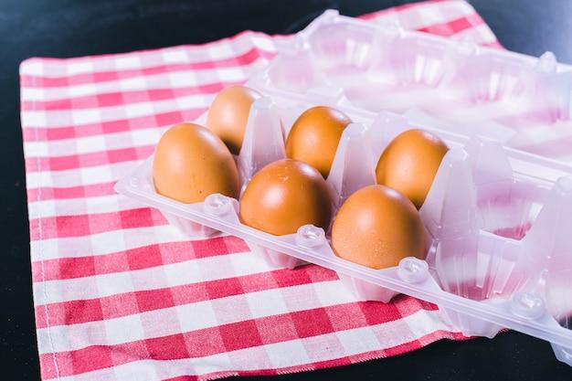 Ovos na toalha de mesa sobre fundo preto