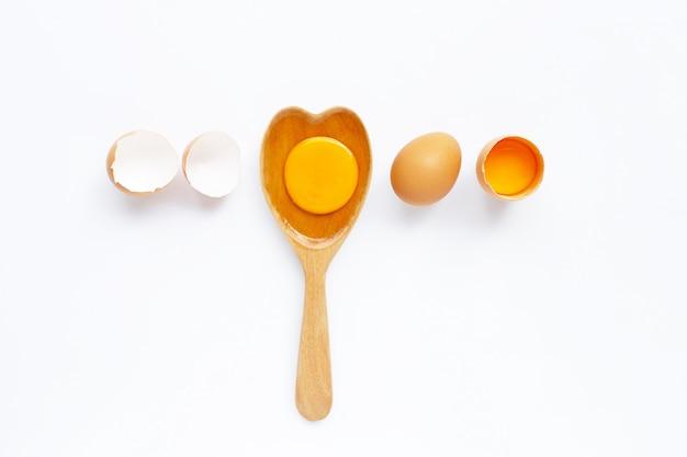 Ovos no fundo branco.