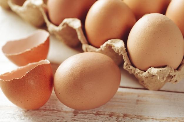 Ovos no fundo de madeira
