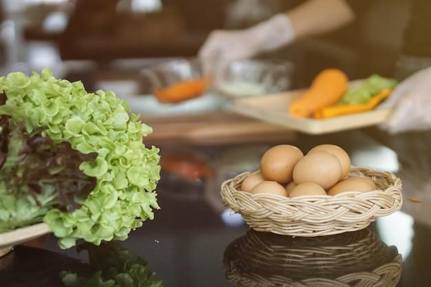 Ovos oragnic na cesta e vegetais frescos são bons para a saúde