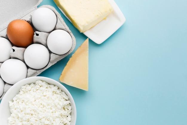Ovos orgânicos de vista superior com queijo cottage