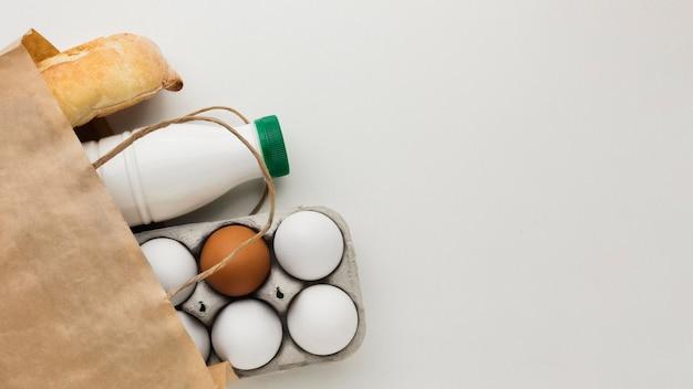 Ovos orgânicos de vista superior e leite fresco com espaço de cópia