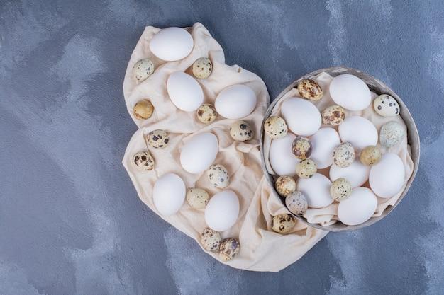 Ovos orgânicos em um pedaço de pano de prato