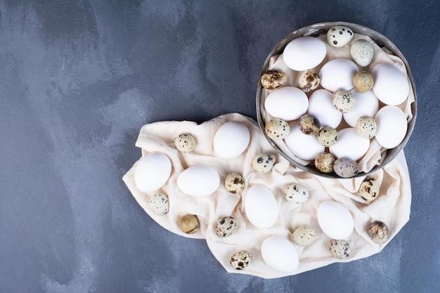 Ovos orgânicos em um pedaço de pano de prato.