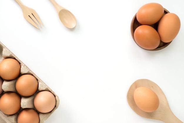 Ovos para cozinhar na vista superior branca.