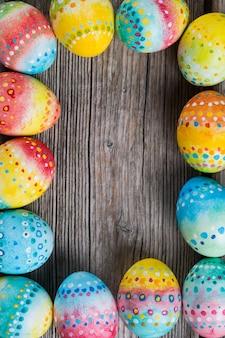 Ovos pintados de páscoa em um fundo de madeira