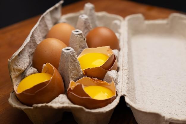 Ovos quebrados na bandeja; separação da proteína das gemas