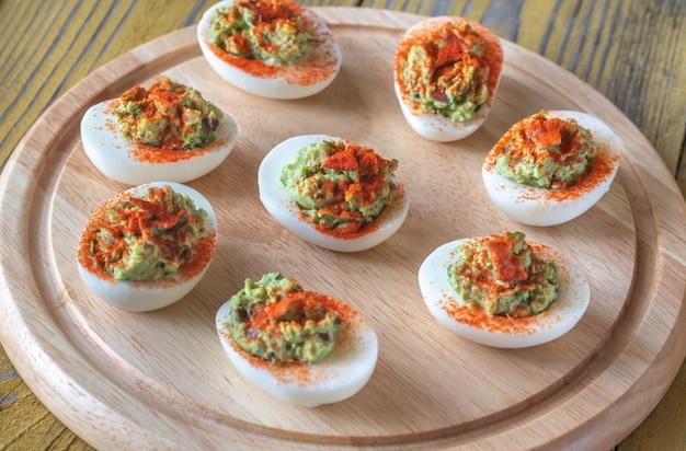 Ovos recheados com guacamole e bacon