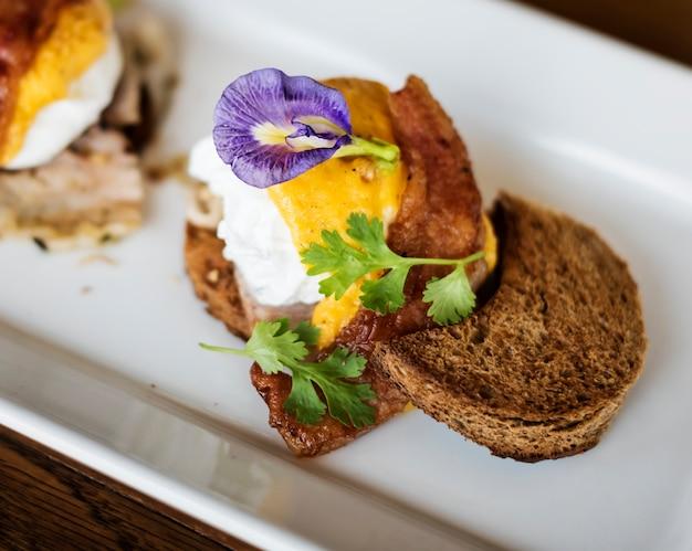 Ovos saborosos benedict no café da manhã