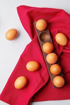 Ovos, toalha em estilo rústico, na luz de fundo