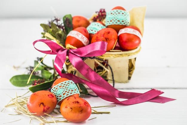 Ovos vermelhos na cesta de páscoa