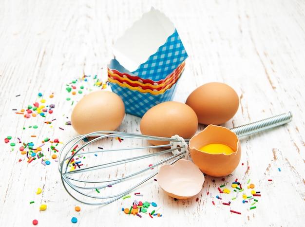 Ovos, whisk e forros de cupcake