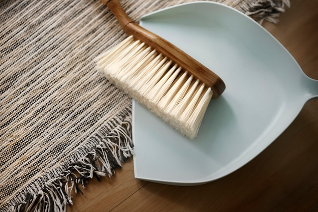 Pá de lixo e escova de limpeza essenciais no conceito de estilo de vida