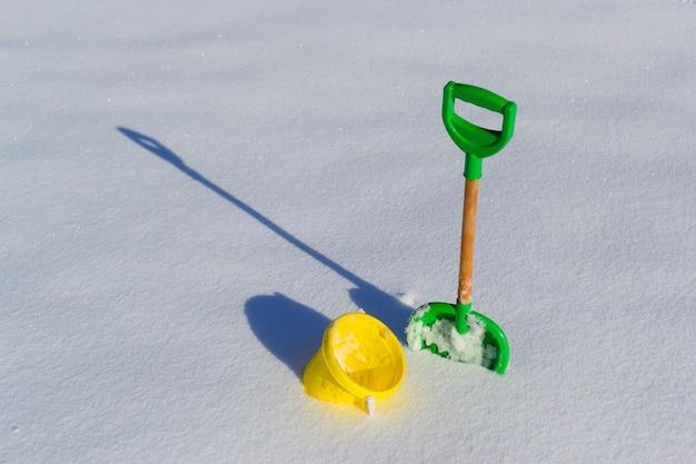 Pá e balde na neve limpa fresca e profunda