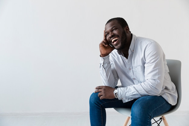 Paciente afro-americano sentado e rindo