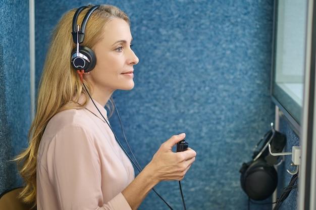 Paciente calma do sexo feminino fazendo teste de audição em uma clínica