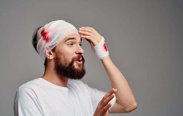Paciente com cabeça e braço enfaixados