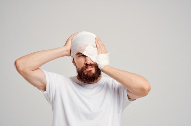 Paciente com cabeça enfaixada e fundo isolado de sangue ocular