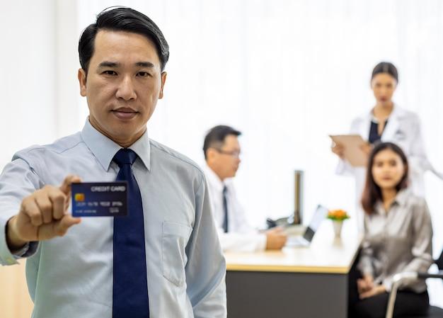 Paciente com cartão de crédito para o conceito de seguro
