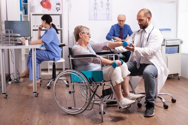Paciente com deficiência recebendo ajuda de fisioterapeuta